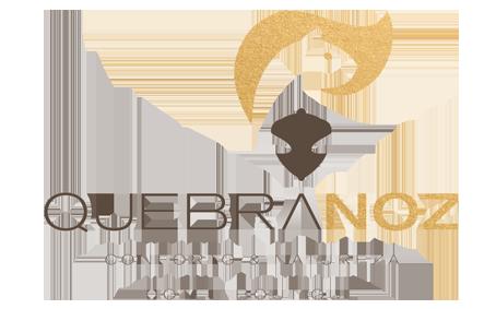logo-hotel-boutique-quebra-noz-conforto-e-natureza-dourado